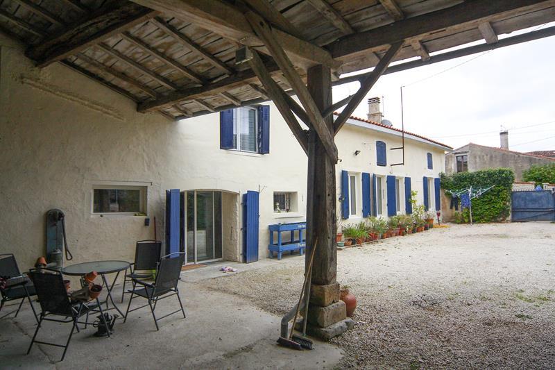 vente maison traditionnelle de village avec une grande cour. Black Bedroom Furniture Sets. Home Design Ideas